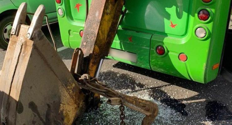 Ковш экскаватора прорубил заднюю стенку киевской маршрутки