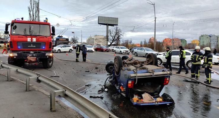 """Жуткое ДТП в Киеве: Renault смял и опрокинул на крышу """"ВАЗ"""""""