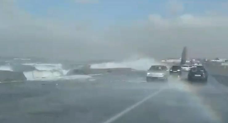 Объездную дорогу в Одессе накрыла вода из лимана: Видео