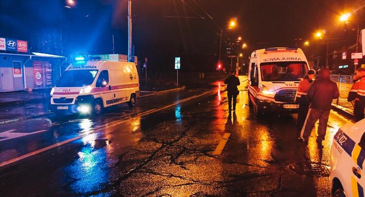 """В Киеве врезались """"скорая"""" и Renault - легковушку откинуло на тротуар"""