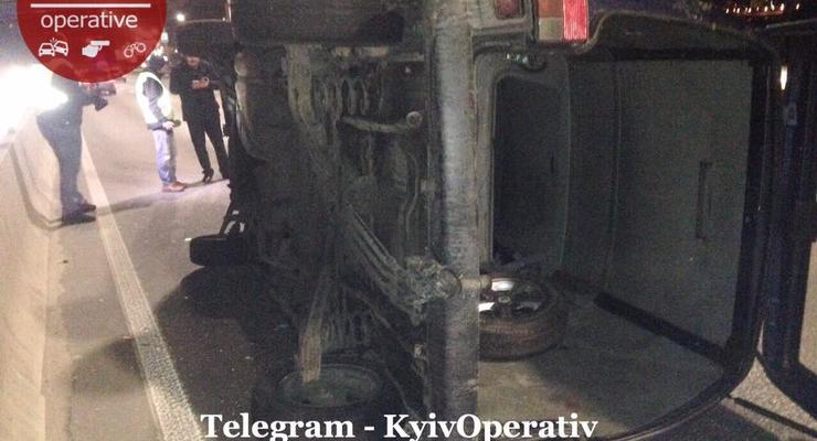 После жесткого ДТП в Киеве перевернулся Volkswagen - фото
