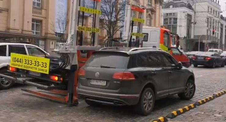 В центре Киева засняли муторную погрузку автомобиля на эвакуатор: Видео