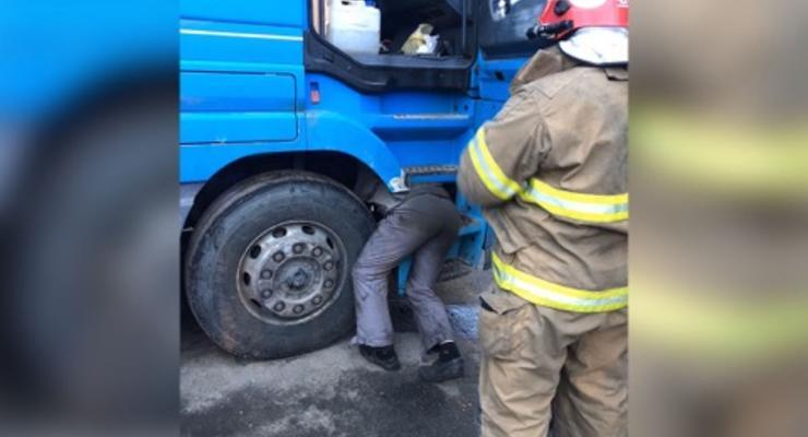 Жуткое происшествие в Киеве: Водителя насмерть придавило кабиной своей же фуры