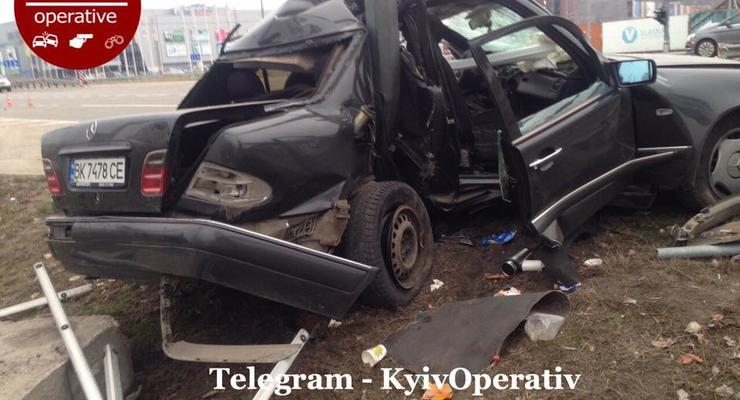 Жуткое ДТП под Киевом: Mercedes врезался в Volvo и отлетел в столб