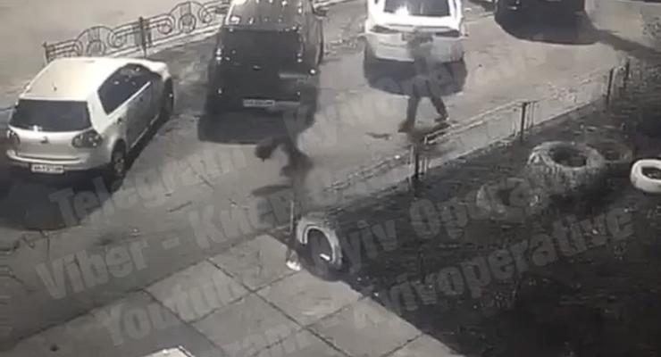 """В Киеве """"неадекват"""" по крышам автомобилей прыгал к остановке: Видео"""