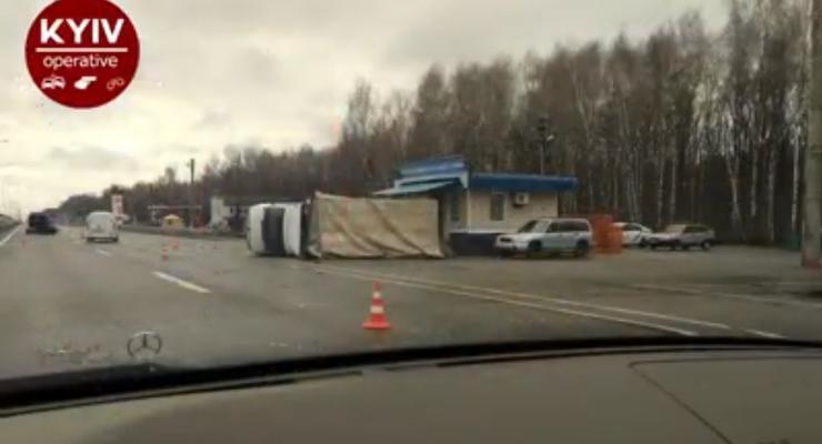 В Киевской области на блок-пост опрокинулся грузовой Mercedes: Видео