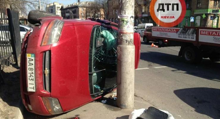 В Киеве VW протаранил и перевернул в бок Chevrolet: Видео