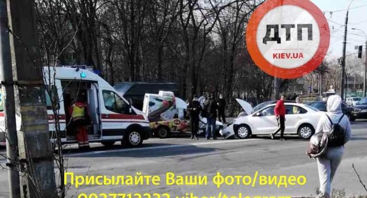 В Киеве в Подольском районе Volkswagen жестко протаранил в бок Таврию: Видео