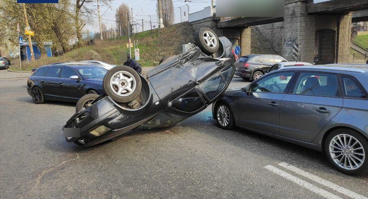 В Киеве Volkswagen протаранил два авто и перевернулся