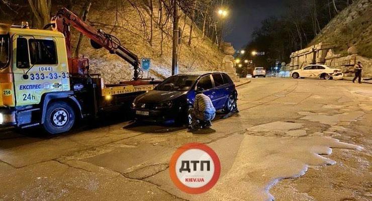 Два Volkswagen столкнулись на Петровской Алее в Киеве