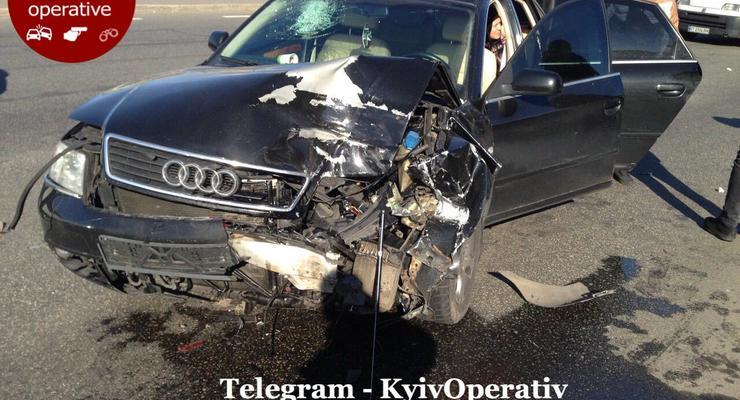 В Киеве на Саперной слободке автомобиль Audi въехал в Mazda: Видео