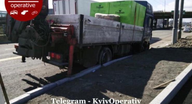 В Киеве на Петровке зазевавшийся водитель грузовика пробил колеса