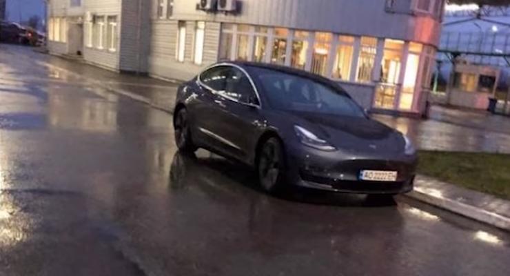 Люксовые автомобили служащих Закарпатской таможни показали на видео