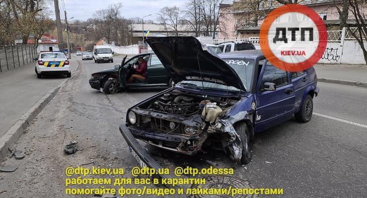 В Киеве на Сырце в жестком ДТП пострадали Skoda и Volkswagen: Видео