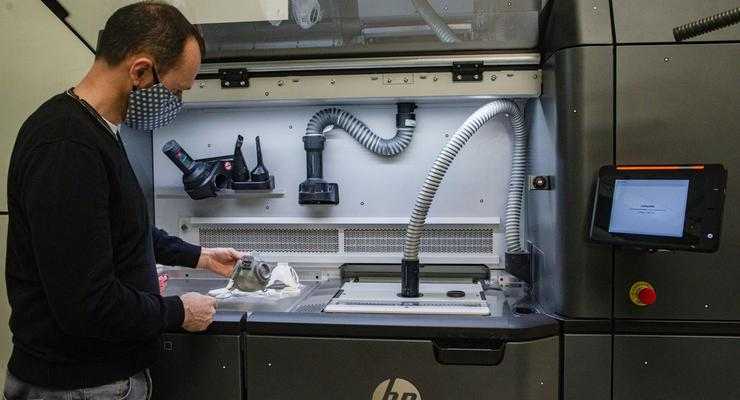 В компании Skoda на 3D-принтерах начали печатать защитные респираторы