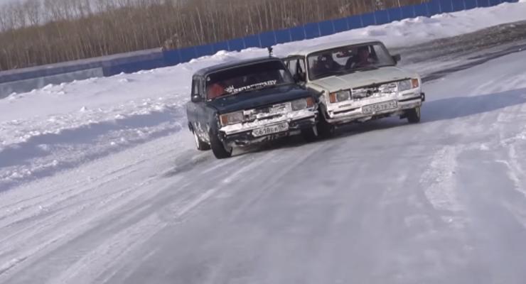 Нелепый тюнинг: Шутники в России сварили два авто и устроили гонки