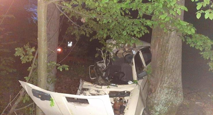 Под Киевом компания молодежи врезалась в дерево: Погибло три человека