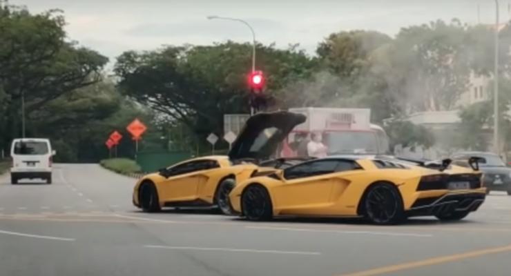 В Сингапуре два близнеца Lamborghini не поделили дорогу