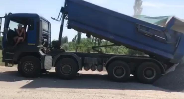 """""""Против системы"""": Водитель грузовика отказался от взвешивания и сбросил груз"""