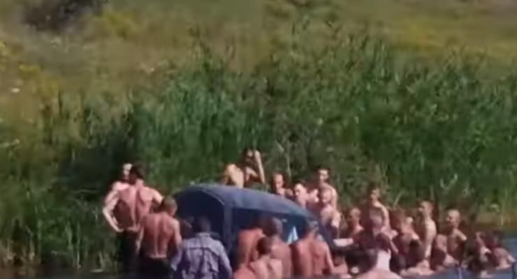"""На украинских """"Мальдивах"""" спасали укатившееся в воду авто"""