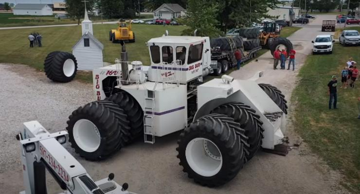 Смену шин на тракторе-гиганте показали на видео