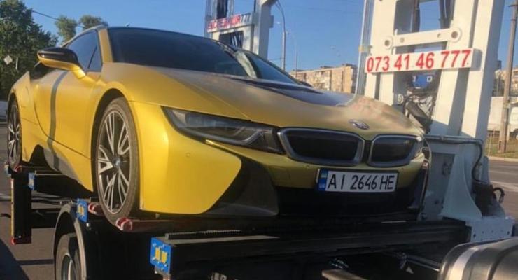 В Киеве эвакуировали элитный спорткар BMW: фото