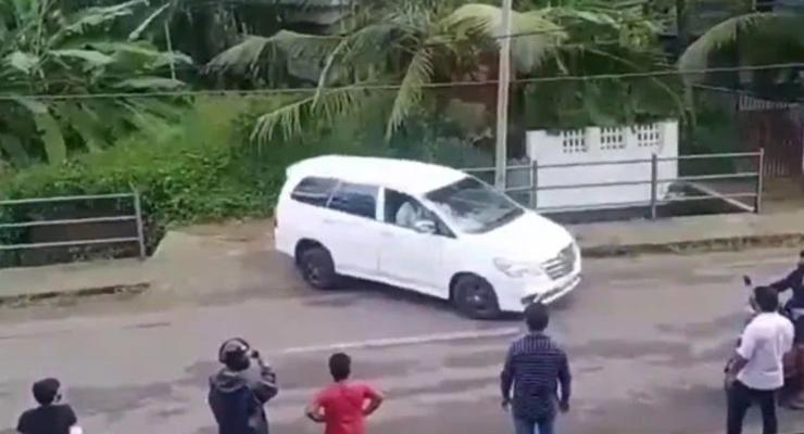 Как припарковать автомобиль в сантиметре от обрыва: мастер-класс от индийского водителя