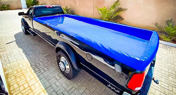 Арабский шейх установил бассейн в кузов своего внедорожника: видео