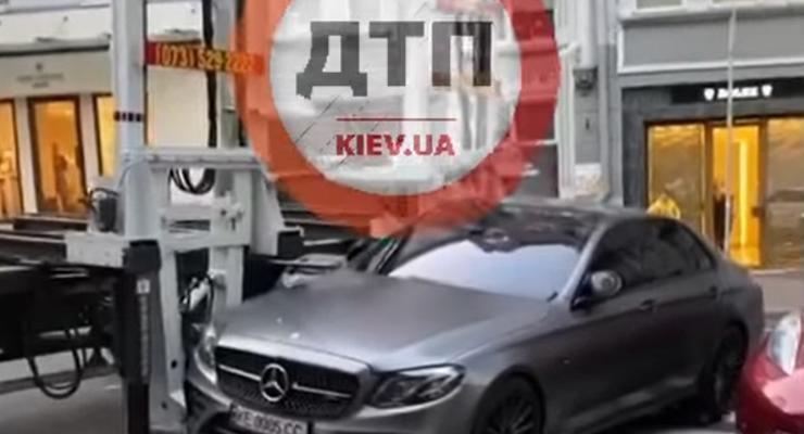 В Киеве эвакуировали элитный Mercedes из-за неправильной парковки: видео