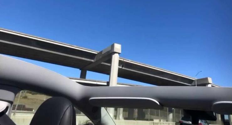 """Tesla Model Y """"потеряла"""" крышу во время движения: подробности"""