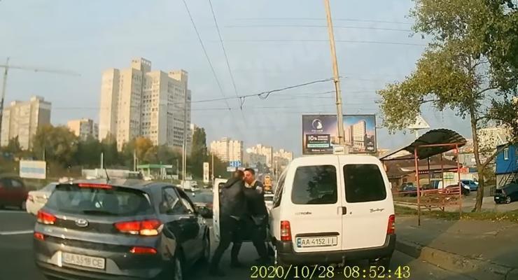 Драка на дороге и горящая фура: подборка ДТП на украинских дорогах