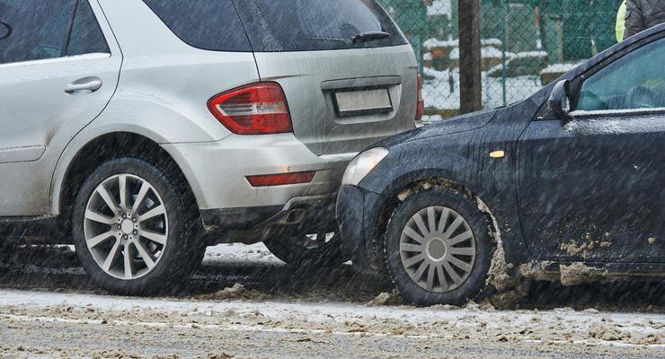 ДТП на скользкой дороге: подборка любителей летней резины