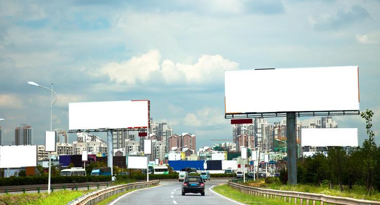 В Украине могут запретить рекламу вдоль дорог: что известно