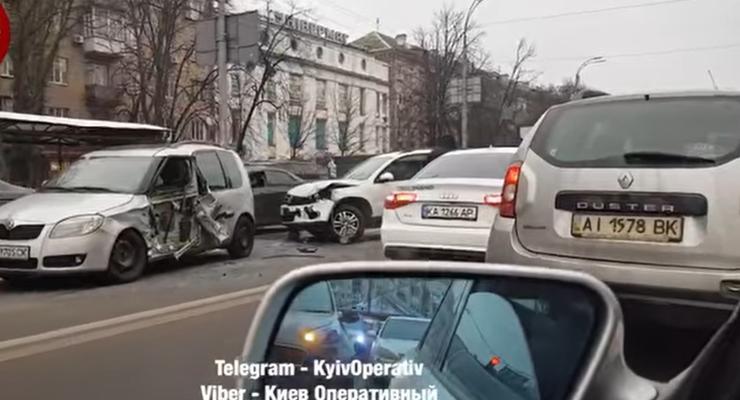 Покореженные авто и серьезная авария с такси: сводка ДТП за 20 ноября