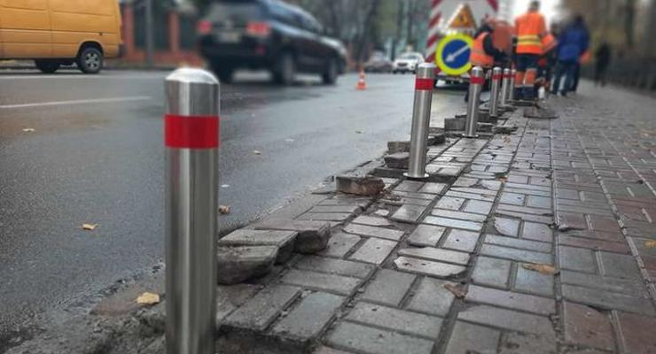 Киевские водители объявили войну парковочным столбиками: подробности
