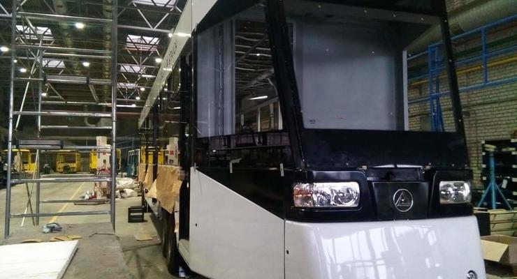 """В Чернигове год собирают один трамвай: фото нового """"Эталона"""""""