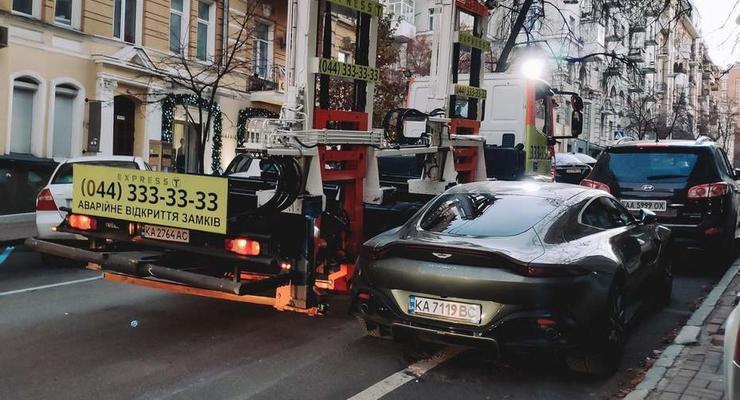 В центре Киева эвакуировали элитный Aston Martin: фото