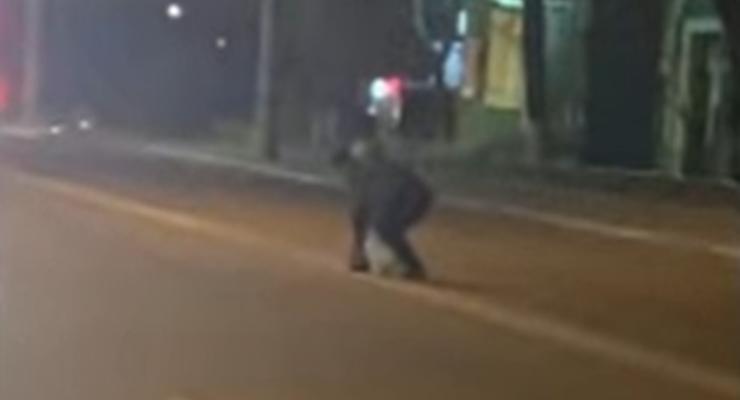 Мужчина решил нарисовать свою разметку в Киеве: курьезное видео