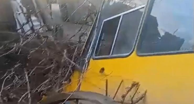 Маршрутка провалилась в бассейн в Николаевской области: видео ДТП