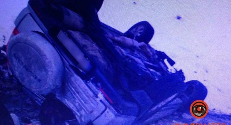 В Днепре автомобиль вылетел в кювет из-за скользкой дороги: фото ДТП