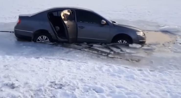 Покатушки по замерзшему озеру закончились полным провалом: видео