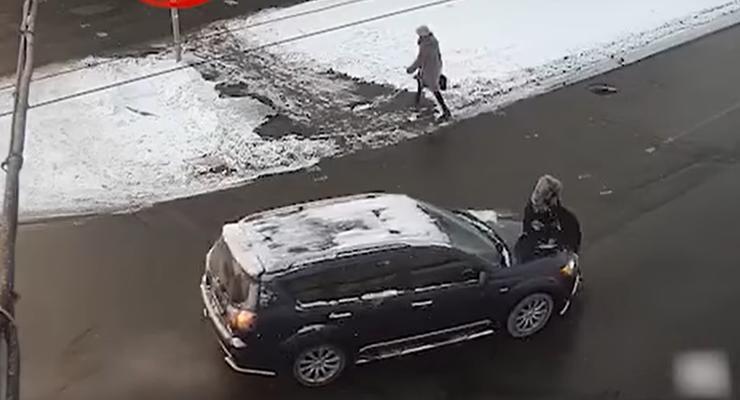 Mitsubishi сбил женщину на пешеходном переходе в Киеве: что известно