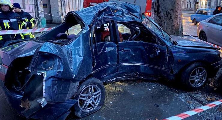 В Одессе водитель влетел в дерево на мокром асфальте: подробности