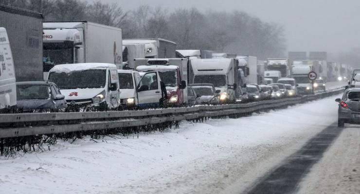Массовые ДТП, закрытые трассы и снежные пробки: последствия непогоды в Украине