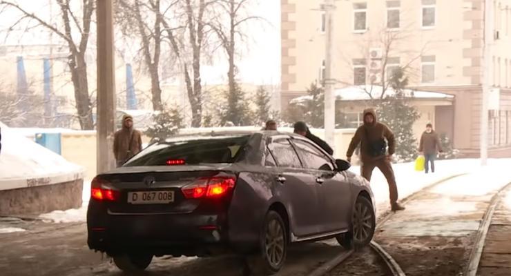 Дипломатическая машина чуть не задавила пешеходов: скандальное видео