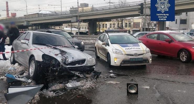 В Киеве наркоман за рулем сбил двух пешеходов и снес светофор: видео