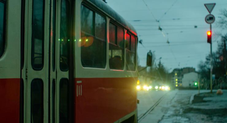 В Харькове трамвай слетел с рельс: снес два дерева и фонарный столб