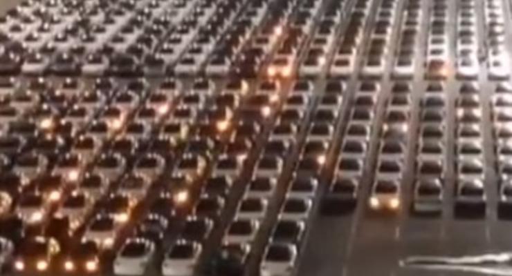 Массовое обновление прошивки Tesla попало на видео