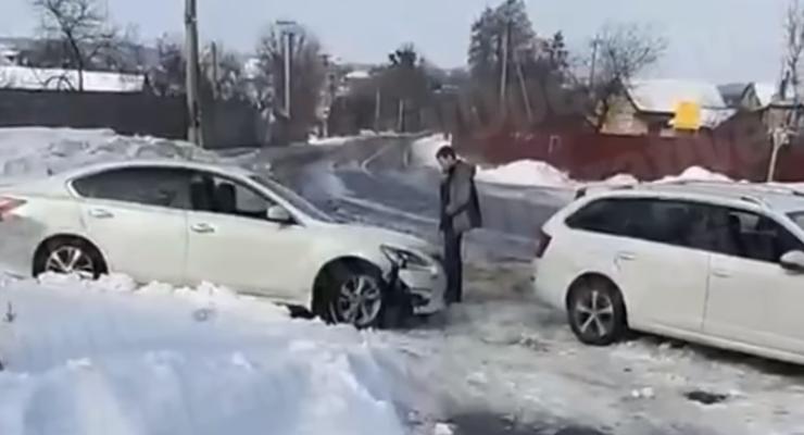 Пьяный водитель врезался в авто, сломал руку мужчине и сбежал: видео