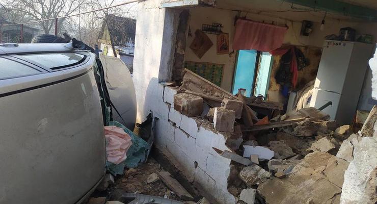 Автомобиль протаранил дом в Днепропетровской области: среди пострадавших есть дети